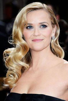 Reese Witherspoon mit seitlich gescheitelten Glamour-Wellen © Getty Images - mit REESE WITHERSPOON  Themen: BLONDE HAARE, LANGHAARFRISUREN, LOCKEN