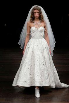 Vestido de novia corto  Diseñador Naeem Khan 2018  Pasarela nupcial en Nueva York.   Bodas.com.mx  #weddingdress #runway