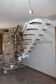 Escalera con zanca central en acero lacado peldaños en madera barandilla en inox modelo 41