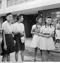 een groep oudere schoolmeisjes staat bij een gebouw, Indonesië (1947) Gray Aesthetic, Dutch East Indies, Green Rooms, Old Pictures, Bag Accessories, Beautiful People, History, Couple Photos, School