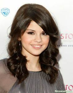 Selena Gomez has been so diverse & smart in all the hairstyles she's chosen to wear for her dark hair and that's made her a role model for many girls. Long Curly Haircuts, Hairstyles With Bangs, Famous Hairstyles, Classy Hairstyles, Ladies Hairstyles, Celebrity Hairstyles, Selena Gomez New Hair, Hair Styles 2014, Long Hair Styles
