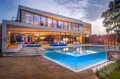 maison ultra moderne avec piscine transparente en Espagne