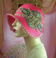 John Biccard via John Biccard onto ART DECO Bandanas, Vintage Hat Boxes, Vintage Hats, 1920s Hats, Vintage Outfits, Vintage Fashion, Vintage Style, Bijoux Art Deco, Flapper Hat