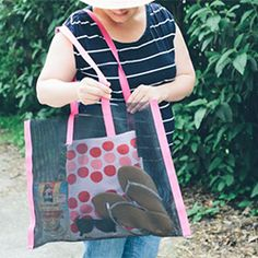 Make your own no sew beach bag for the warm season. Fabric Crafts, Sewing Crafts, Sewing Projects, Beach Towel Bag, Beach Bags, Craft Room Closet, Christmas Presents For Dad, Dad Valentine, Diy Fashion No Sew
