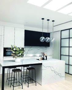 Best Kitchen Lighting Ideas to Illuminate Your Home Katydidandkid spoke to some interior experts to offer you with a riches of motivating kitchen lighting ideas to illuminate your kitchen stylishly. Cocina Art Deco, Art Deco Kitchen, Home Decor Kitchen, Kitchen And Bath, Kitchen Interior, Home Kitchens, Kitchen Ideas, Modern Kitchens, Kitchen Mats