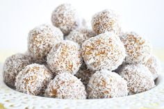 Bliss balls are great for kicking bad sugar to the kerb and making snacking on the good stuff fun. Here are 7 nut-free bliss balls to get their lunches rolling! Lunch Box Recipes, My Recipes, Sweet Recipes, Snack Recipes, Lunchbox Ideas, Healthy Meals For Kids, Kids Meals, Healthy Options, Healthy Baking