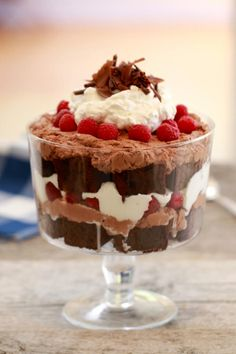 Chocolate Raspberry Trifle- Thee most decadent chocolate dessert that will blow your socks off Learn how to make my Chocolate Fudge Brownie & Raspberry Trifle, which is a simple, decadent dessert for any chocolate lover. Brownie Trifle, Chocolate Trifle Desserts, Easy Chocolate Mousse, Chocolate Fudge Brownies, Decadent Chocolate, Köstliche Desserts, Delicious Desserts, Dessert Recipes, Baking Chocolate