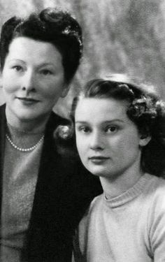 Young Audrey Hepburn with her mother, Baroness Ella van Heemstra who was a Dutch aristocrat Young Audrey Hepburn, Audrey Hepburn Photos, Style Icons Inspiration, Professional Photo Shoot, My Fair Lady, Best Beauty Tips, Rare Photos, Hollywood Stars, Beautiful Celebrities
