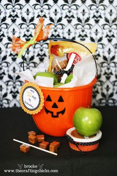 Caramel Apple Kit and 13 Days Til Halloween Service Project -- what a fun thing to do for a neighbor! 13 Days 'til Halloween Soirée Halloween, Holidays Halloween, Halloween Treats, Halloween Decorations, Holiday Crafts, Holiday Fun, Service Projects, 13 Days, Favorite Holiday