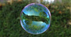 Richard Heeks é um obcedado por reflexos. Certo dia percebeu como o reflexo da paisagem em uma bolha de sabão pode ser belo e poético. Confira algumas das imagens dessa série incrivelmente hipnotizante. Repare nos detalhes dentro do reflexo das bolhas, são no mínimo impressionantes.