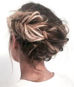 Oui à la couronne de tresses revisitée en mode coiffé/décoiffé !