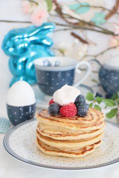 Vegan Pancakes, recipe in German / Vegane Pancakes mit Kokos-Schlagsahne, Agavendicksaft und Beeren  Deko & Geschirr by @migros   #Muttertag #Ostern #Brunch #Frühstück #vegan #Pancakes