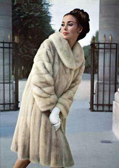 L'officiel magazine 1966 - fur coat