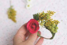 이미지 출처 http://www.projectwedding.com/blog/wp-content/uploads/2013/07/floral-napkin-ring-step5.jpg