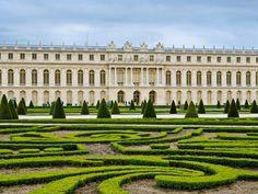 Architecture - Les jardins de Versailles ont pris 40 années à se compléter; Louis XIV a apporté la même valeur aux jardins qu'au Palais.
