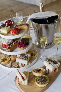 Afternoon tea but with champagne and not tea Nachmittagstee aber mit Champagner und nicht Tee Afternoon Tea Parties, Afternoon Tea Table Setting, Afternoon Cream Tea, Afternoon Tea Wedding, English Afternoon Tea, Afternoon Tea Recipes, Food Platters, Cheese Platters, Tea Sandwiches