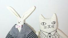 un petit chat brodé et un lapin...
