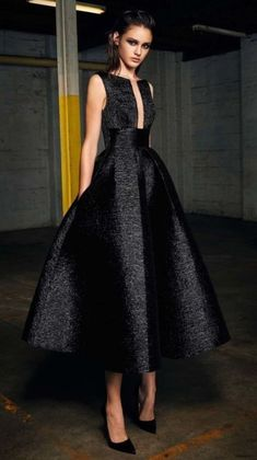 Alex Perry pre-fall 2017 - A show stopping silk woven dress has added appeal with a plunging rectangular neckline and cinched waist. It's very city chic! Elegant Dresses, Pretty Dresses, Casual Dresses, Fashion Dresses, Sexy Evening Dress, Evening Dresses, Prom Dresses, Beautiful Gowns, Beautiful Outfits