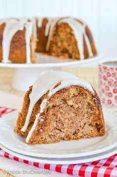 Apple Bundt Cake - shredded apples and applesauce make this homemade spice cake the perfect dessert. Make this easy cake recipe for fall parties! Apple Bundt Cake Recipes, Apple Desserts, Easy Cake Recipes, Fall Desserts, Apple Recipes, Delicious Desserts, Ww Recipes, Sweet Recipes, Recipes