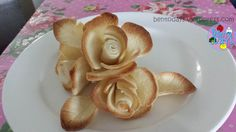 Rose bread bouquet: roses using sliced sandwich bread Toddler Meals, Kids Meals, Toddler Food, Cute Food, Good Food, Savoury Slice, Bread And Roses, Edible Roses, Bento Recipes