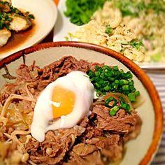 ⚪家の牛丼食べた事ないんですが、志野さんの牛丼見たら、食べたくなってたので、今日、 仕込みました*\(^o^)/* ももさんの温卵も、作りたかったので、レンチンして、のせました♪ 食べ友に させてもらいました(o´〰`o)♡*✲゚*。 ももさん、うまくできてますか? 今夜は、お肉、お魚、サラダです(#^.^#) - 193件のもぐもぐ - 志野さんのダシダで○家の牛丼〜ももさんの温卵のせ(*^o^*) by WAKUWAKU4724