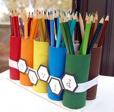 recyclons les rouleaux de papier toilette : un peu de colle et de peinture, et voilà un beau pot à crayons !