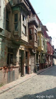 Balat'ın tarihi evleri. Tarihi evler renklenerek geri dönüyor. / Balat's historical houses. They are coming back life in colors.