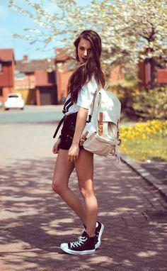 ein moderne Teenager Mädchen mit Rucksack und kurzem Rock Helden aus der Kindheit