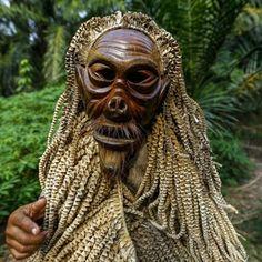 """Un uomo della tribù Mah Meri porta una maschera tradizionale sul volto, con cui eseguirà la danza """"Main Jo-oh"""" durante la festa """"Ari Muyang"""" nel villaggio di Sungai Bumbun a Pulau Carey, circa 140 chilometri a sud-ovest di Kuala Lumpur"""
