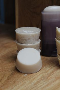 Deodorant home zero waste. – 5 tablespoons of coconut oil – 2 tablespoons of baking soda – 3 tablespoons of starch (Maïzena or Arrowroot) – 5 drops of essential oil Beauty Care, Diy Beauty, Beauty Makeup, Beauty Tips, Homemade Deodorant, Homemade Shampoo, Homemade Cosmetics, Beauty Recipe, Green Life