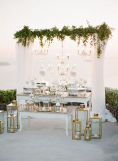 The Best Wedding App Favorite Wedding Decorations: Wedding Table Decoration for an Ocean View Wedding 2020 Elegant Dessert Table, White Dessert Tables, White Desserts, Elegant Desserts, Easy Desserts, Decoration Buffet, Deco Buffet, Table Decorations, Table Centerpieces