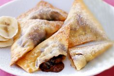 Weight Watchers Chocolate-Banana Wontons: Ingredients Makes 6 servings 2 servings butter-flavor cooking spray 1 large banana, diced 6 tbsp mini chocolate chips 24 wonton wrappers (half of 12 oz package) 1 tbsp powdered sugar Directions Preheat oven to Köstliche Desserts, Healthy Desserts, Delicious Desserts, Dessert Recipes, Yummy Food, Weight Watcher Desserts, Weight Watchers Meals, Ww Recipes, Sweet Recipes