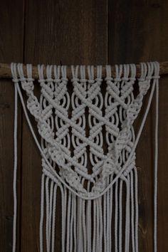 Kaarnan katveessa: Kuvalliset ohjeet: makramee seinävaate Some Ideas, Handicraft, Knots, Knit Crochet, Diy And Crafts, Activities, Knitting, Creative, Inspiration