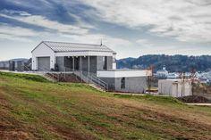 Stavbaweb.cz – Rodinný dům ve svahu Shed, Outdoor Structures, Cabin, House Styles, Home Decor, Decoration Home, Room Decor, Cabins, Cottage
