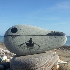 Easy Paint Rock For Try at Home (Stone Art & Rock Painting Ideas) Boat on a lake. This just might be one of my favorites. Pebble Painting, Pebble Art, Stone Painting, Diy Painting, Painting Flowers, Painting Tools, Pebble Stone, Rock Painting Ideas Easy, Rock Painting Designs
