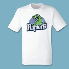 T-shirt Raptors | Een 100% katoen single jersey t-shirt verkrijgbaar met v-hals of ronde hals met lente opdruk voor heren! In diverse maten verkrijgbaar.  #kleding #textieldruk #textielprint #opdruk #print #eigenprint #herenshirt #tshirt #shirt #witshirt #heren #raptor #raptors #dino #dinosaurussen #dinosaurus