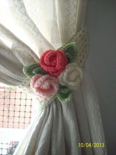 crochet tie back inspiration Crochet Decoration, Crochet Home Decor, Crochet Art, Crochet Crafts, Crochet Stitches, Crochet Projects, Crochet Curtain Pattern, Crochet Curtains, Crochet Flower Patterns