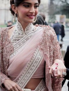 Sonam Kapoor in elegant buttoned up high neck embellished Saree blouse. Sonam Kapoor looks absolutely stunning in this simple saree with gorgeous blouse Blouse Designs High Neck, High Neck Blouse, Saree Blouse Designs, Collar Blouse, Sonam Kapoor Saree, Deepika Padukone, Fashion Show Dresses, Fashion Clothes, Fashion Outfits