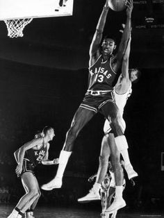 University of Kansas Basketball Star Wilt Chamberlain Playing in a Game Lámina fotográfica de primera calidad por George Silk en AllPosters.com.ar.