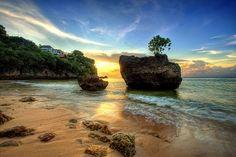 Padang Padang Beach, Bali. Voorzichtig zijn met de steile trap naar het strand. Apen op de brug. Markets very expensive, save shopping for Kuta.