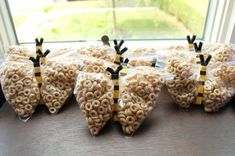 How cute are these Cheerio bee party favors? Healthy and adorable! #partyfavor #bithday