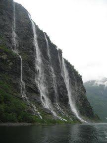 De zeven zusters (Noors: De syv søstrene) is een waterval in de Geirangerfjord bij Geiranger in Noorwegen. Hij bestaat uit zeven afzonderlijke stromen. Het grootste deel heeft een vrije val van circa 250 meter.