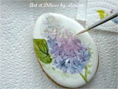 Tutorial (English and Français) http://www.misscuit.com/tutoriels/guestpost-lilacs-easter-cookies-art-et-delices-meriem-2/