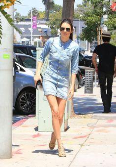 Kendall Jenner com look simples e elegante. Com vestidinho jeans e  sandália dourada de tiras que deu um upgrade no visual.