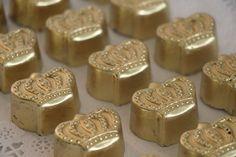 Bombom modelo coroa.  Pode ser produzido em chocolate branco, ao leite ou amargo  Recheio: Brigadeiro belga.  Acabamento final: Natural, na cor do chocolate, prata ou dourado