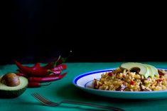 <p>Ingredientes+para+2+personas:+200+grs+de+arroz+bomba+550+mls+de+caldo+de+carne+1/2+cebolleta+1/3+pimiento+verde+1/3+pimiento+rojo+1/3+pimiento+amarillo+1+pimiento+rojo+picante+(chile)+1+diente+de+ajo+100+grs+de+chorizo+1/2+aguacate+3+cucharadas+de+aceite+de+oliva+Sal,+comino+molido+…</p>