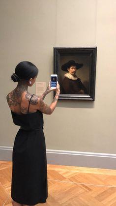 Aplikacja pomagająca zidentyfikować dzieło sztuki. Wystarczy podnieść smartfona i zeskanować dzieło (lub reprodukcję) by uzyskać więcej informacji na jego temat.