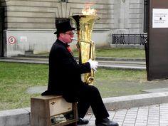 La imagen puede contener: una persona, tocando un instrumento musical, sentada, niño(a) y exterior