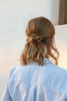 Makeup & Hair Ideas: pretty little gold hair pin. the perfect minimal accessory curated by ajaedm Messy Hairstyles, Pretty Hairstyles, Hairstyles 2018, Hair Inspo, Hair Inspiration, Hair Day, Hair Looks, Her Hair, Short Hair Styles