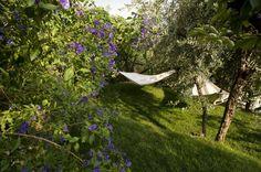 Verreisen? Warum denn? Der eigene Garten reicht als Entspannungsoase vollkommen aus – erst recht, wenn wir ihn mit lässigen Hängematten und coolen Schaukeln zum ganz persönlichen Urlaubsparadies machen.